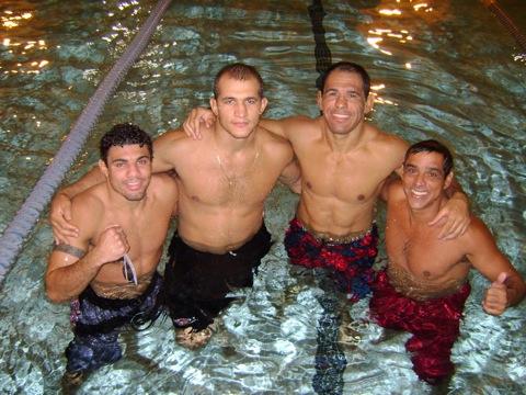 Feras se prepararam na piscina para UFC 106, transmitido pelo Sportv