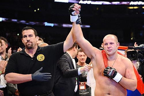 Big John McCarthy ergue o braço de Fedor Emelianenko após o nocaute sobre Andrei Arlovski, em janeiro. Divulgação / Affliction