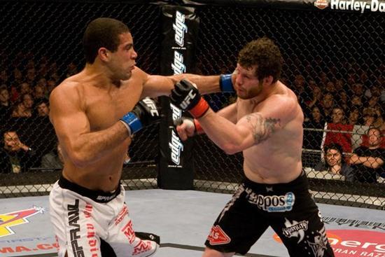 Thales contra Nate Marquardt no UFC 85. Foto: Josh Hedges.