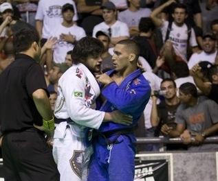Abi-Rihan (de azul) abraça Tarsis após a final do Brasileiro de Jiu-Jisu 2009. Foto: Gustavo Aragão/GRACIEMAG.