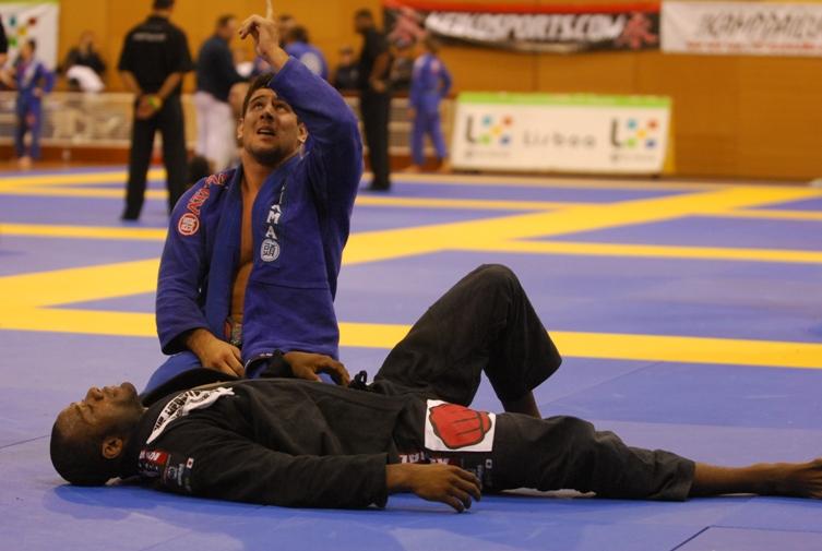Alexandre Souza comemora vitória sobre Finfou no Europeu 2009 / Foto Ivan Trindade
