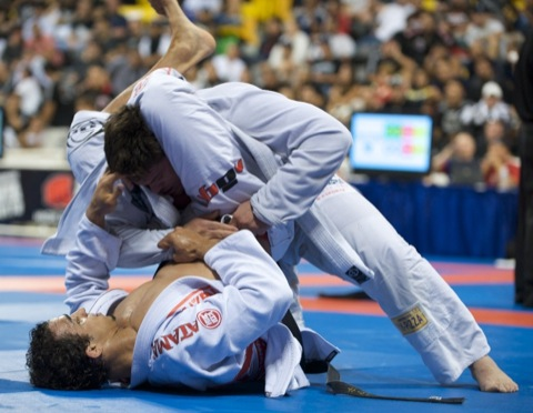 Dificuldades no triângulo? Encontre a distância certa e finalize no Jiu-Jitsu