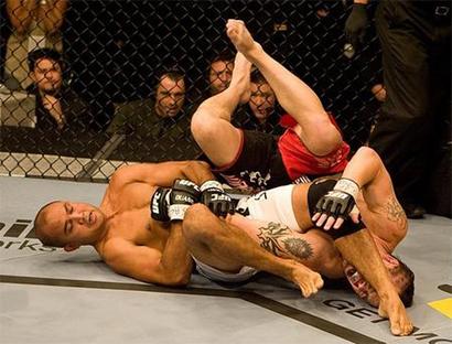 BJ Penn finaliza no braço, em foto de Josh Hedges.