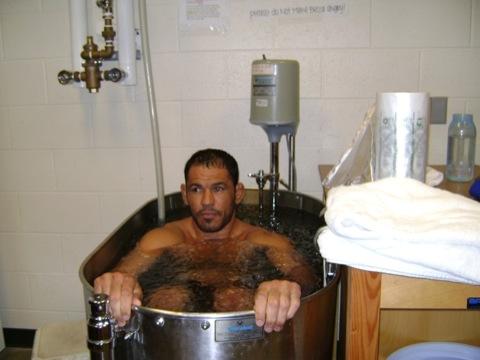 Minotauro refresca corpo e mente na banheira de gelo, após sessão de Ginástica Natural. Foto: Arquivo GRACIEMAG.