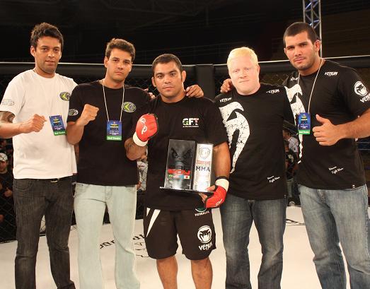 Paulão ao lado de Pavão, Rodolfo Vieira e a galera da GFTeam. Foto: Carlos Ozório