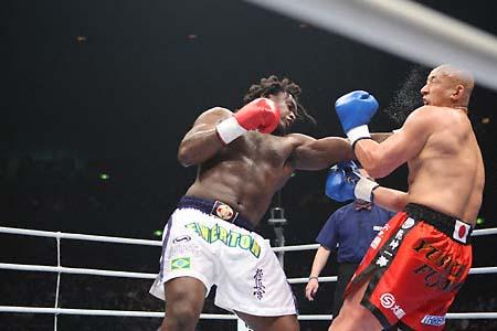 O karateca brasileiro em ação no K-1. Foto: Susumu Nagao