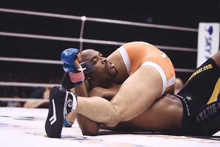 Anderson Silva aprisionado pelo Jiu-Jitsu do japonês Daiju Takase, um dos raros homens a vencê-lo. Foto: Susumu Nagao.