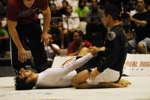 Marcelinho consola Kron Gracie no ADCC de Barcelona. Foto Ivan Trindade