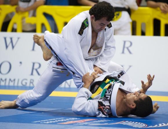 Marcelo Garcia em ação no Mundial 2010, em foto de John Lamonica.