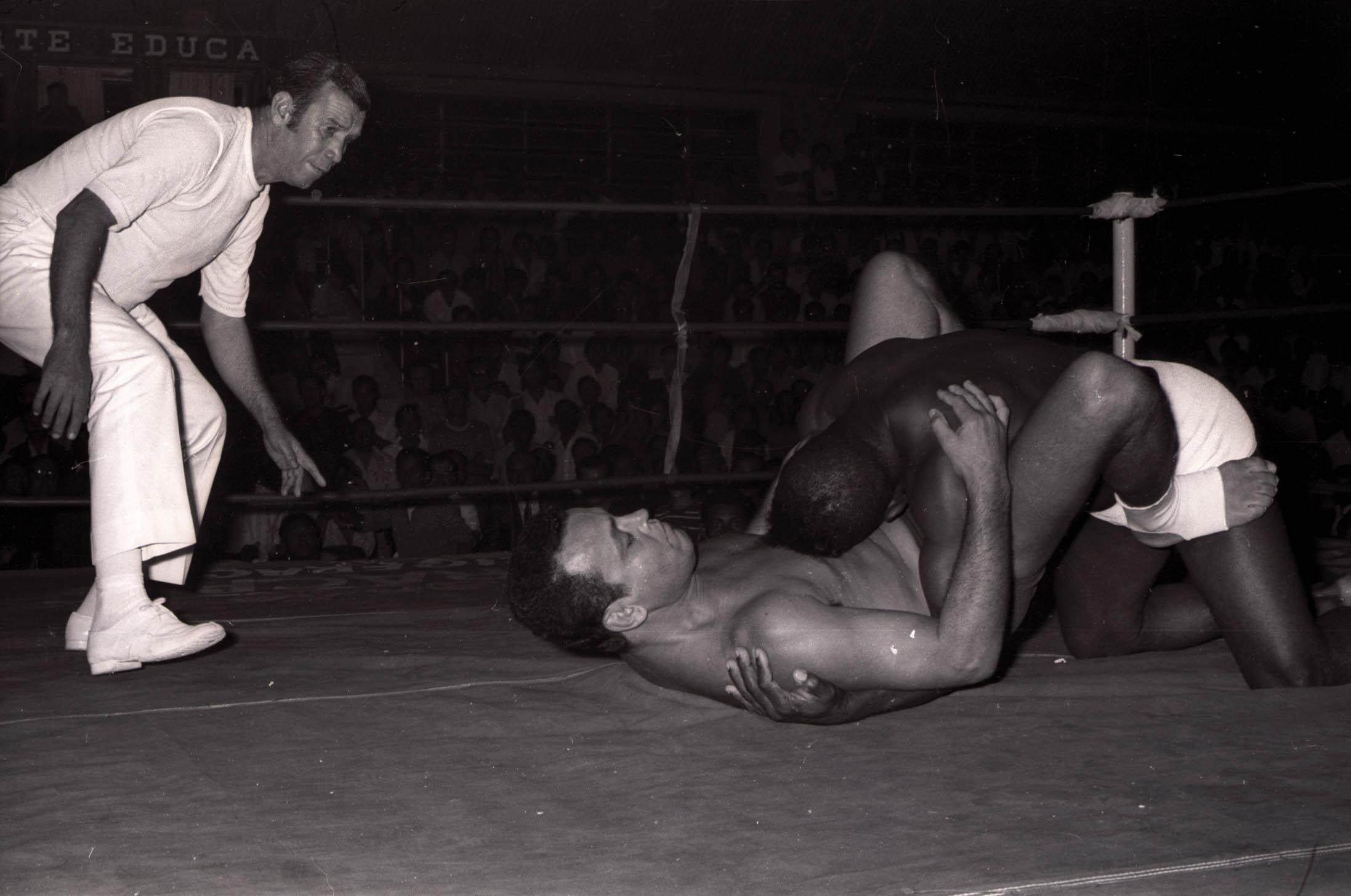 Carlson Gracie e Valdemar Santana (sunga branca) durante luta no ginasio do Colegio Marista, em 1970.