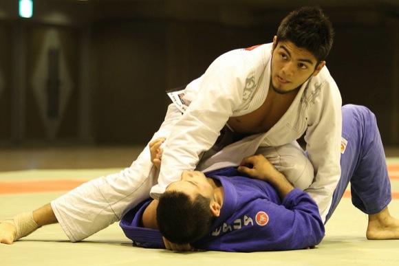O rápido estrangulamento de Roberto Satoshi no Asian Open
