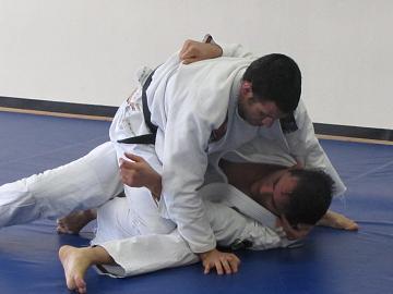 Aprenda algumas posições flexíveis com Nino Schembri