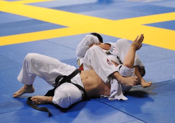 Aprenda a fluir do joelho na barriga para o armlock no Jiu-Jitsu