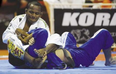 Fredson Paixão mira o braço. Foto: Arquivo GRACIEMAG