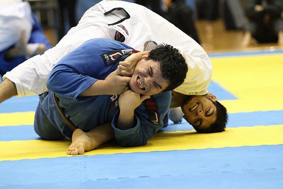 O poder de finalização do peso leve Roberto Satoshi no Jiu-Jitsu