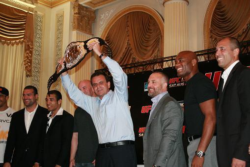 O prefeito do Rio com o cinturão do UFC. Imprensa e autoridades se renderam ao MMA. Foto: Carlos Ozório.