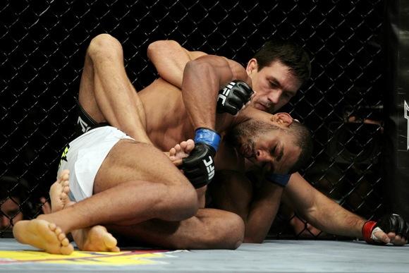 UFC 136: já viu o astro do futebol americano testando o Jiu-Jitsu de Demian?