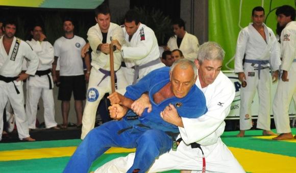 Zé Beleza em movimento de defesa pessoal. Foto: Divulgação Escola Leão Teixeira / Kazuo Yokoyama.