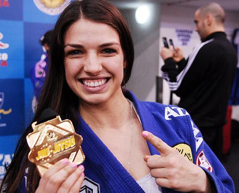 Mackenzie exibe a medalha do Europeu. Fotos: Ivan Trindade.