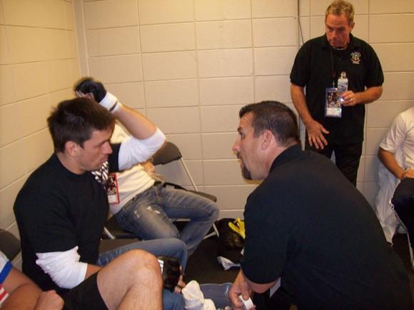 Big John McCarthy conversa com Demian Maia, antes de um UFC. Foto: Acervo Pessoal.