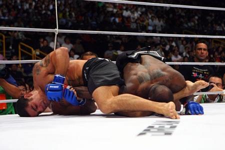 Paulão na vitória sobre Melvin Manhoef, em 2009. Foto: Dream/Divulgação
