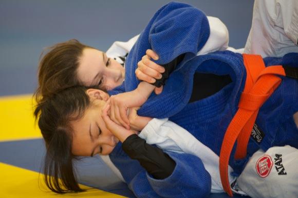 O soldado contra a menina no Jiu-Jitsu – quem vence?