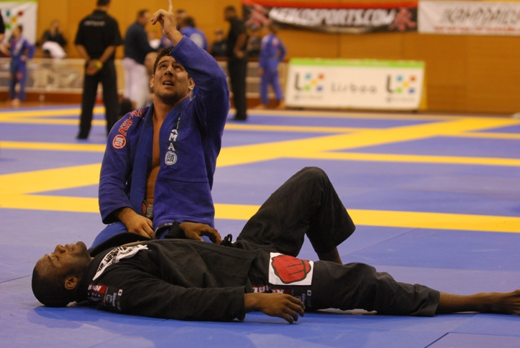 Alexandre Souza gives thanks for overcoming Finfous guard. Photo: Ivan Trindade