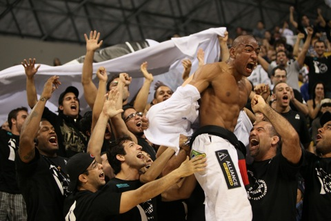 In a submission-packed Jungle Fight, Sergio Moraes exits on the people's shoulders