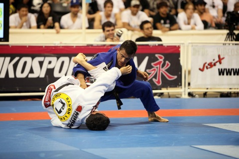 Cobrinha tries to decipher Frazattos guard, in the featherweight final of the Worlds. Photo: Alicia Anthony