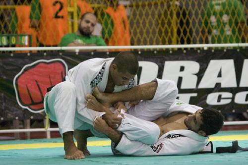 Sem sparring? Afie sua guarda no Jiu-Jitsu sozinho, usando a própria faixa