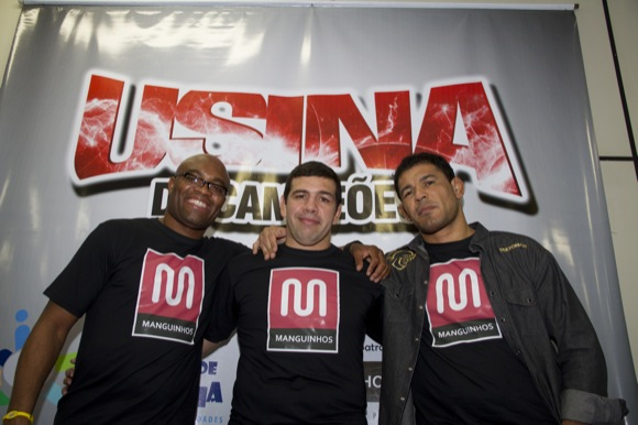Anderson e Minotauro visitam projeto social no Rio
