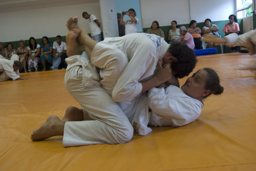 Dalila holds her training partner firm. Photos: Gabriel Menezes