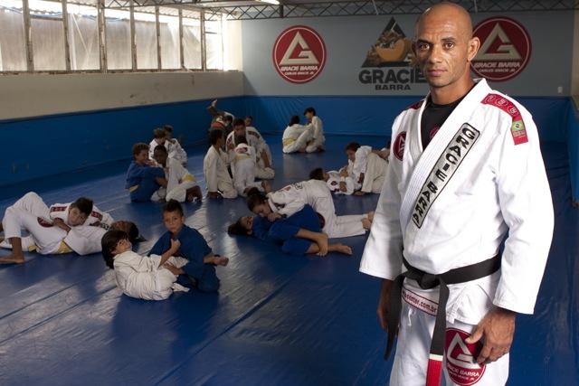 """No Rio de """"Drive-in"""", quem vai à escola recebe aulas de Jiu-Jitsu"""