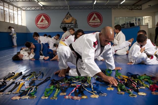 Professor da GB ensina raspagem com o pé no ombro com variação para o braço
