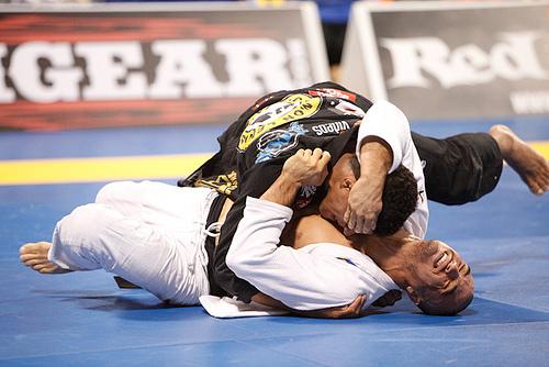 Durinho passa a guarda de Kron no Jiu-Jitsu. Foto: Ivan Trindade.