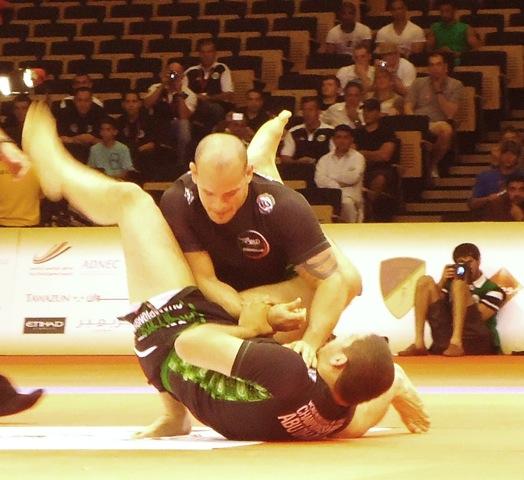 José Junior por baixo contra Xande Ribeiro no torneio de Jiu-Jitsu sem kimono em Abu Dhabi.