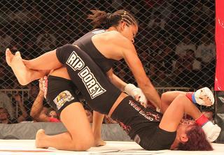 Amanda Nunes laid on the ground-and-pound. Photo: Ivan Canello