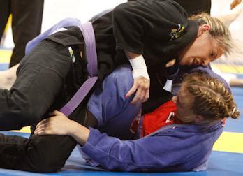 Cris Cyborg estreia com vitória no Mundial, Mackenzie campeã