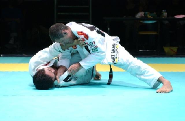 Ricardo de la Riva em luta de Jiu-Jitsu no Japão.