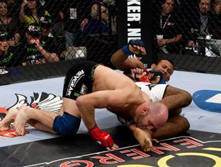 Jacaré used his Jiu-Jitsu to beat Lindland. Photo: Esther Lin