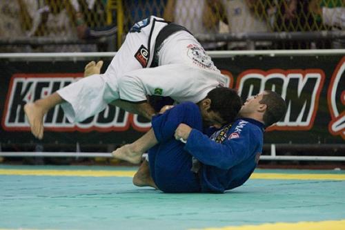 Vídeo: Leandro Lo ensina passagem da guarda De la Riva com legdrag no Jiu-Jitsu