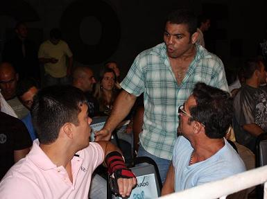Lyoto chats with Paulão alongside manager Jorge Guimarães. Photo: Carlos Ozorio