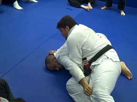 Learn to pass guard with Vella