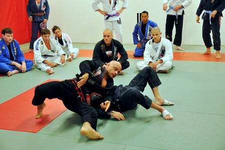 Renato Tavares ensina exercício para afiar a passagem de guarda no Jiu-Jitsu