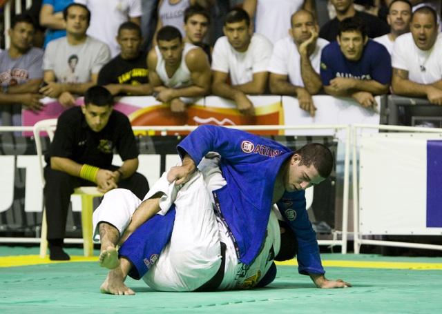 Tiago Coelho tenta raspar Tanquinho na meia-guarda. Foto: Gustavo Aragão