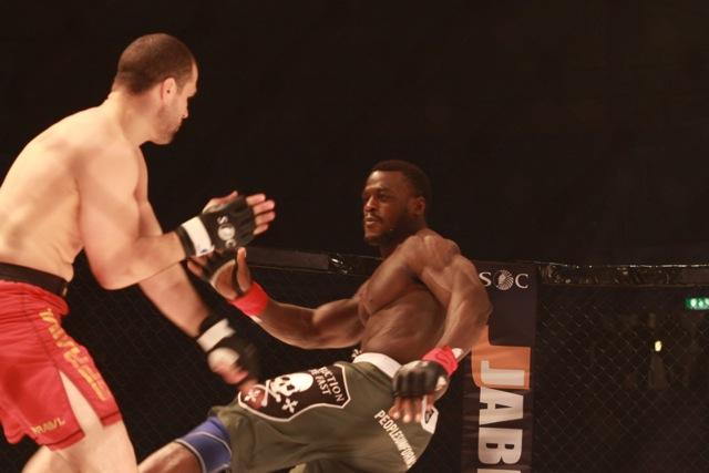 Pitbull confirmado no UFC 138, contra estreante