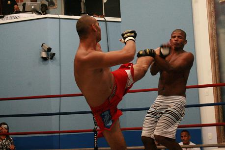 Ready for Glover, ex-UFC fighter teaches arm-triangle