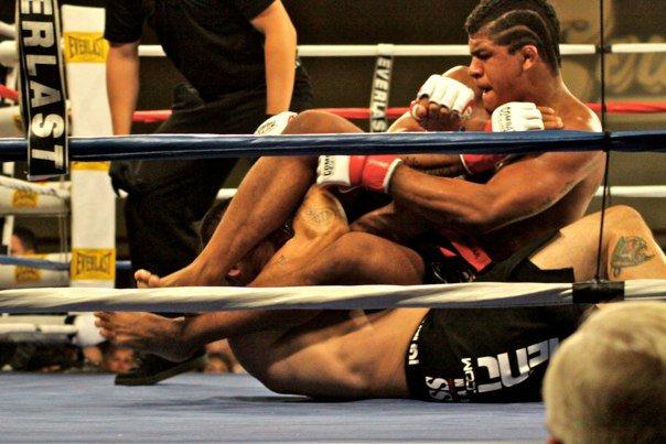 Durinho usa o armlock na estreia no MMA