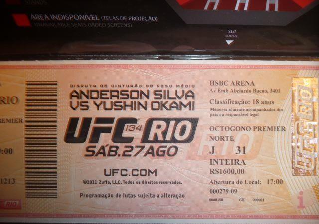 Louco de amor, fã rasga ingresso do UFC Rio e vira mania no YouTube