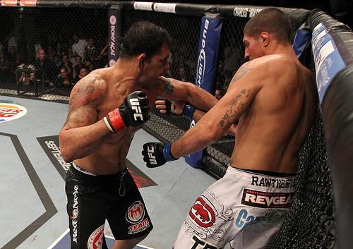 Rodrigo Nogueira, o Minotauro, investe contra Schaub. Foto: Divulgação UFC.